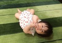 ハグみじゅうたんの上に寝転ぶ赤ちゃん