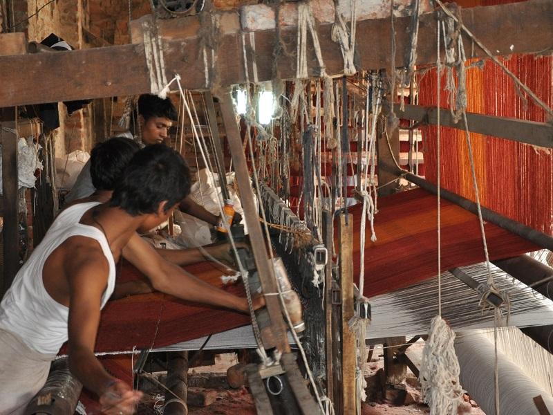 手機(てばた)織りで絨毯を織る風景