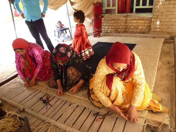 ギャッベを織る織り子さんたち 手結びで織り上げます