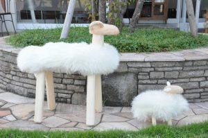 羊の置物 大と小 側面写真