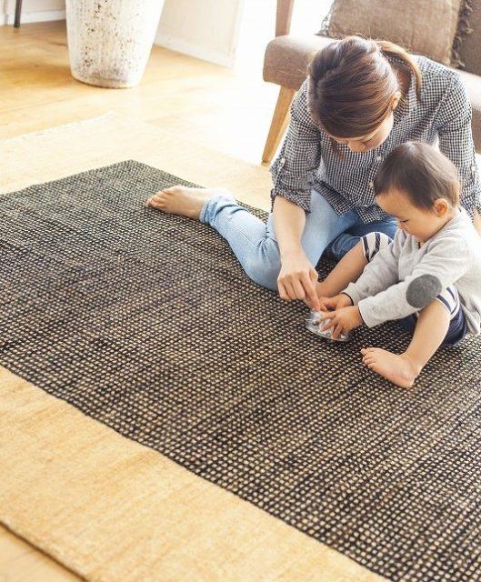ハグみじゅうたんの上でくつろぐ赤ちゃんとお母さん