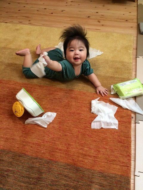 はぐみじゅうたんの上で遊ぶ赤ちゃん