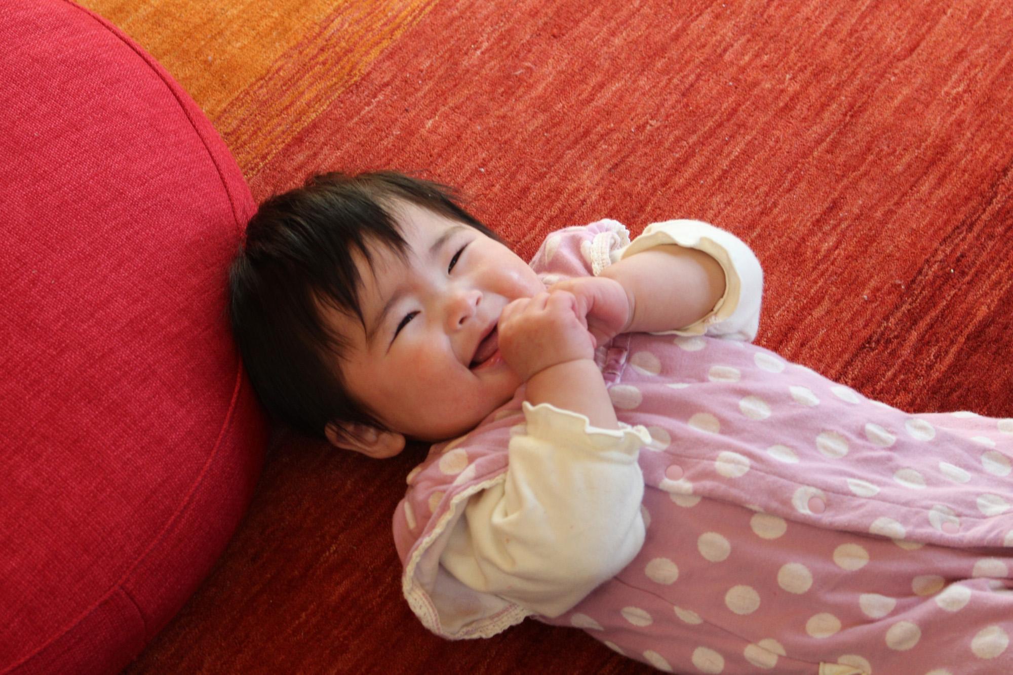 ハグみじゅうたんの上でご機嫌の赤ちゃん