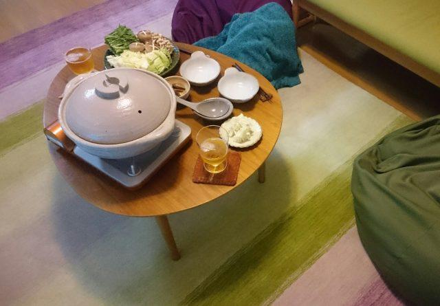 ハグみじゅうたんの上で鍋料理