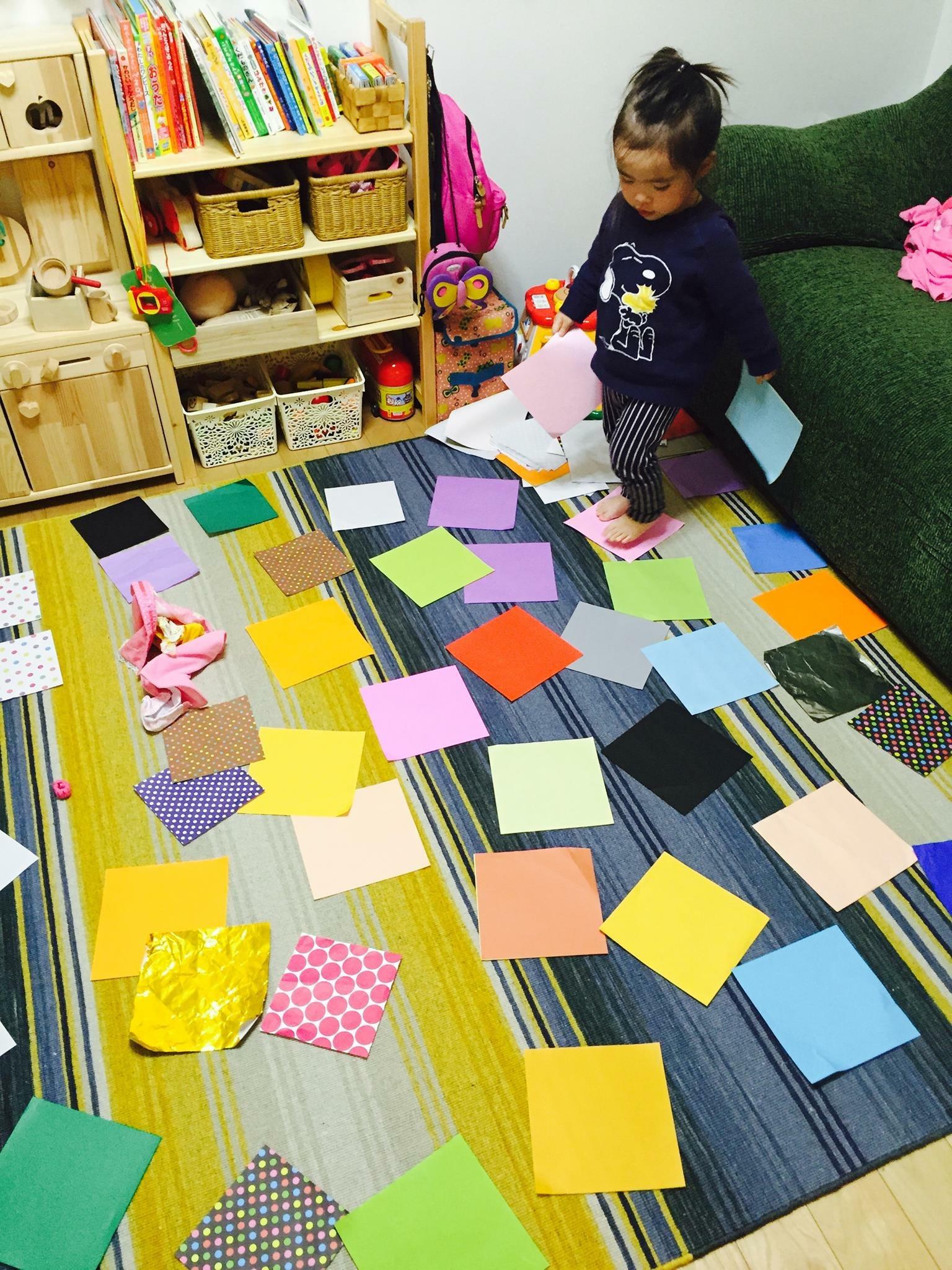 ハグみじゅうたんの上でおり紙遊び