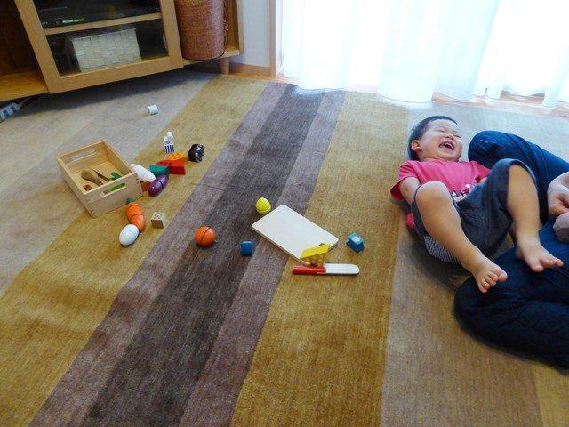 ハグみじゅうたんにおもちゃを並べて