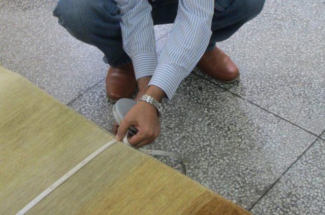 じゅうたんのサイズを測る