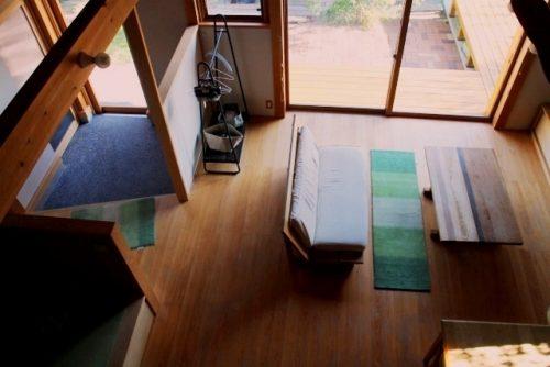 玄関マットとソファの足元に敷いたハグみじゅうたん