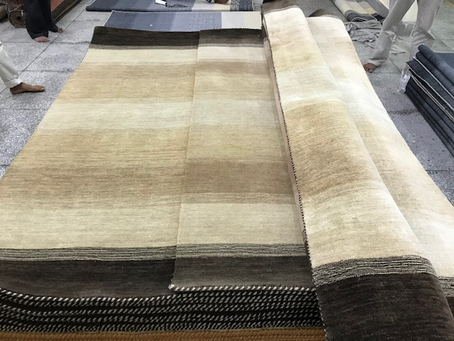 見本の絨毯と出来た絨毯を比較