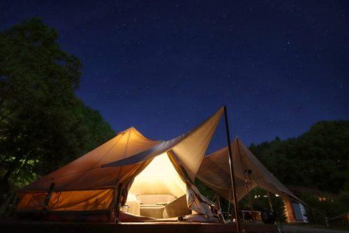 夜のグランピングのテント