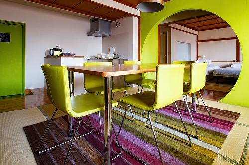 客室のダイニングテーブルの下にER3100