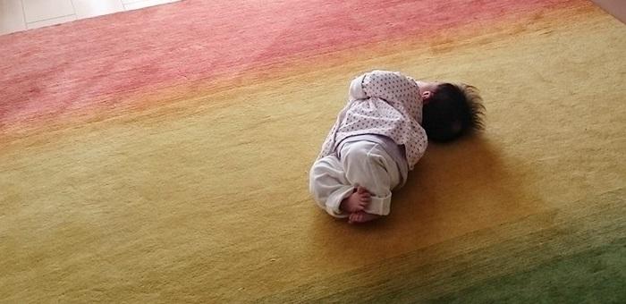 ハグみじゅうたんの上でゴロゴロする赤ちゃん