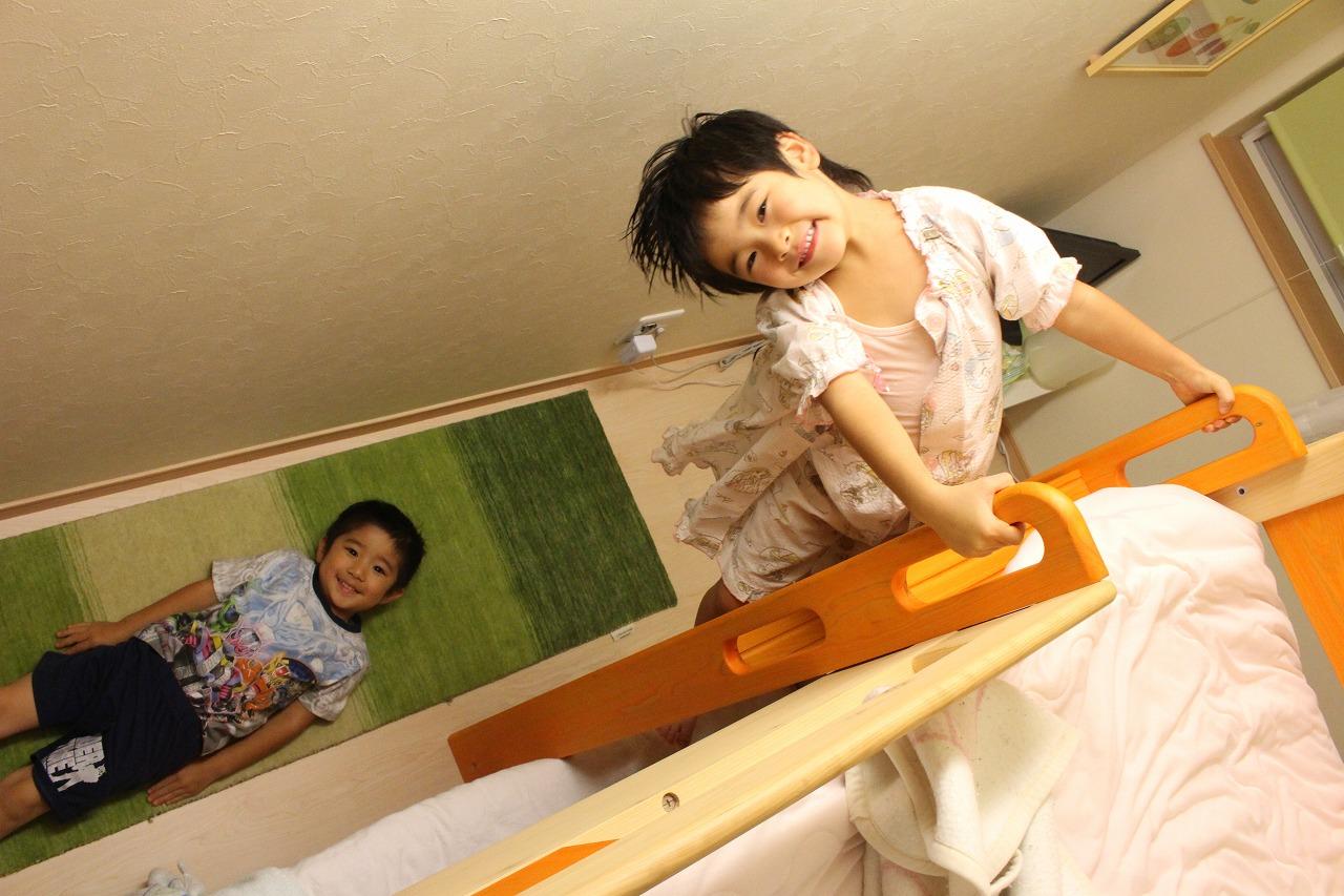 ハグみじゅうたんの上でお子様が遊んでいる