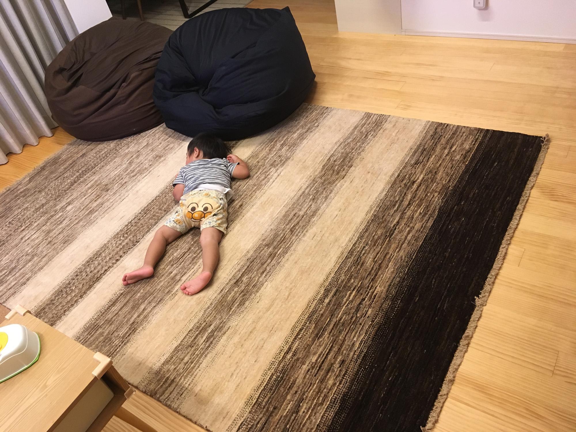 ハグみじゅうたんの上で赤ちゃんが寝ている