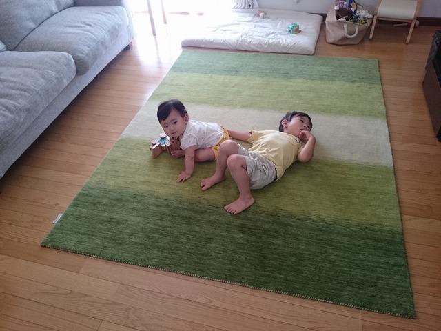 ハグみじゅうたん Mサイズ 150×200cm にお子さま2人のサイズ感