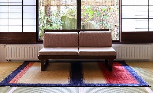 旅館・客室 和室のソファの前にており LR22A
