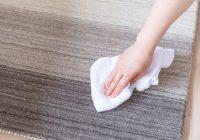 絨毯を拭く