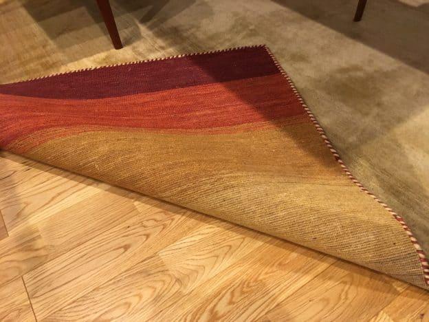 絨毯をめくる
