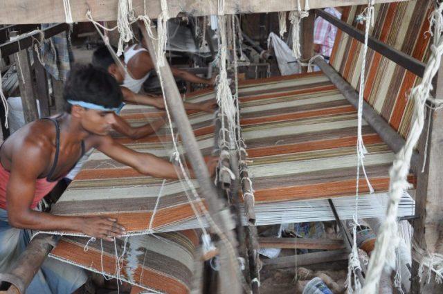 ハグみじゅうたん、織り機