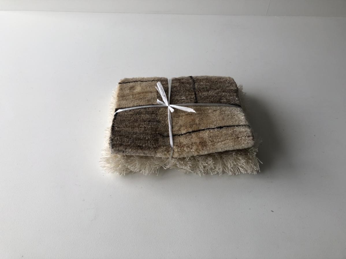 切った絨毯を縛る