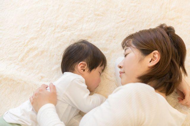 絨毯の上の赤ちゃん